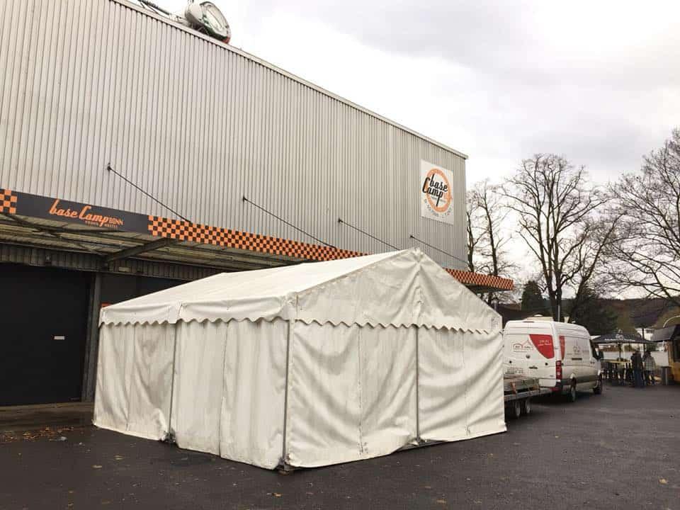 Glühweinstand im Mietzelt bei Basecamp Bonns Indoorweihnachtsmarkt